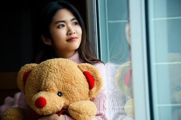 Linda adolescente con gran oso de peluche Foto gratis