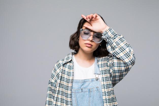 Linda chica adolescente sufre de dolor de cabeza Foto gratis