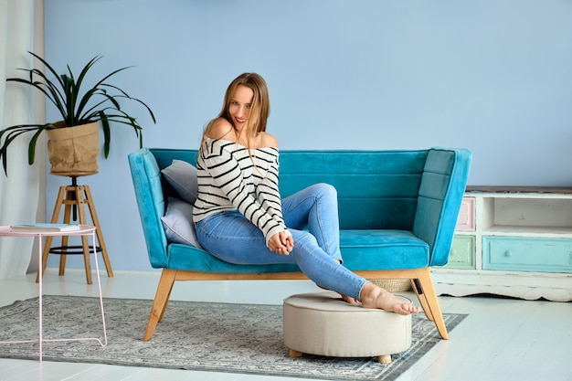 Linda chica en casa relajarse y sentirse feliz Foto Premium