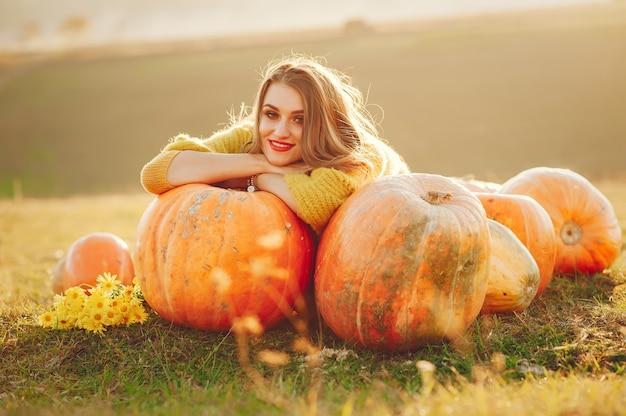 Linda chica descansa en un parque de otoño Foto gratis