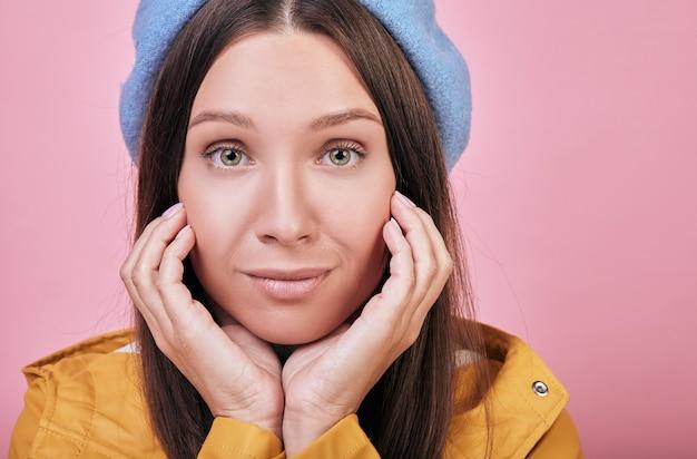 Linda chica guapa con boina azul y una chaqueta amarilla Foto Premium