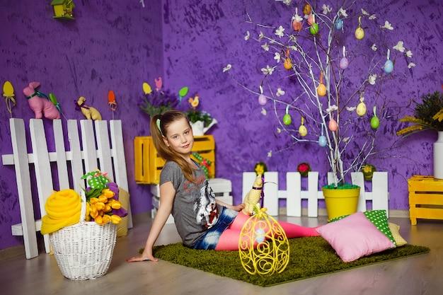 Linda chica en habitación decorada de pascua Foto Premium