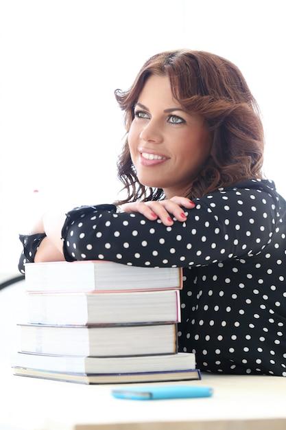 Linda chica con libros Foto gratis