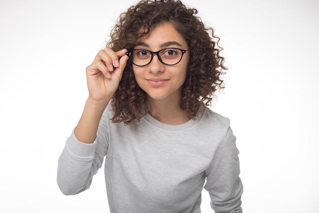 Linda chica morena india con gafas mirando a la cámara. retrato de una bella mujer de raza mixta. Foto Premium