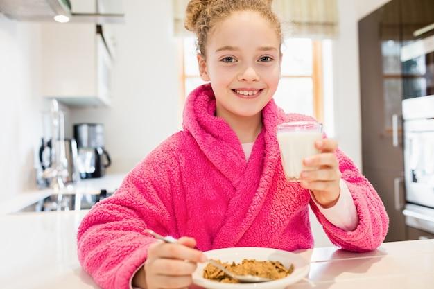 Linda Chica Tomando El Desayuno En La Cocina