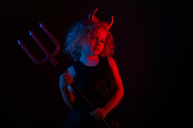 Linda chica en traje de diablo Foto Premium