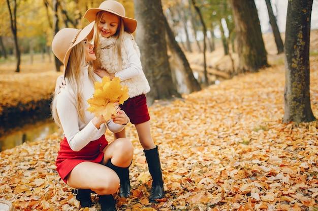 Linda y elegante familia en un parque de otoño Foto gratis