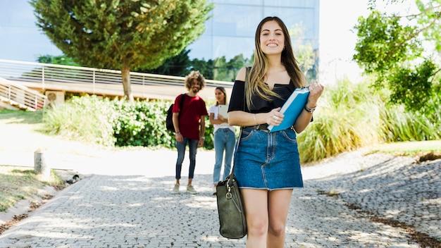 Linda estudiante caminando en el campus Foto Premium