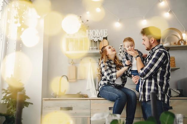 Linda familia divertirse en la cocina Foto gratis