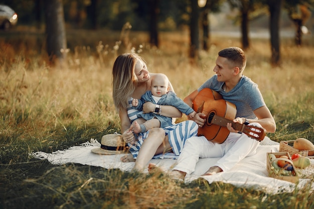 Linda familia jugando en un campo de otoño Foto gratis