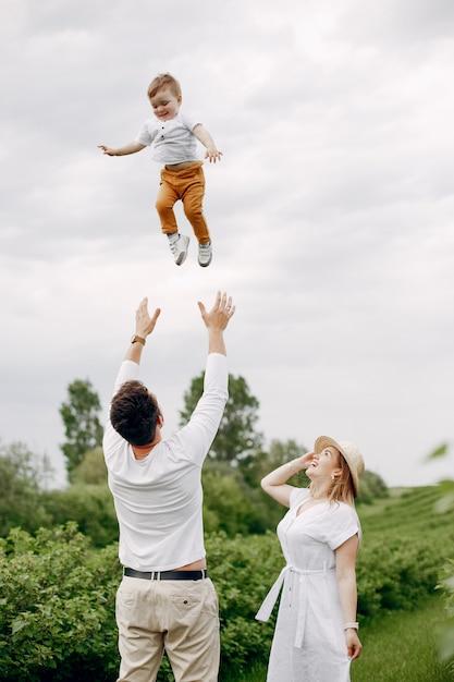 Linda familia jugando en un campo de verano Foto gratis