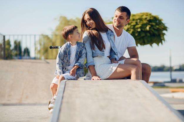Linda familia jugando en un parque de verano Foto gratis