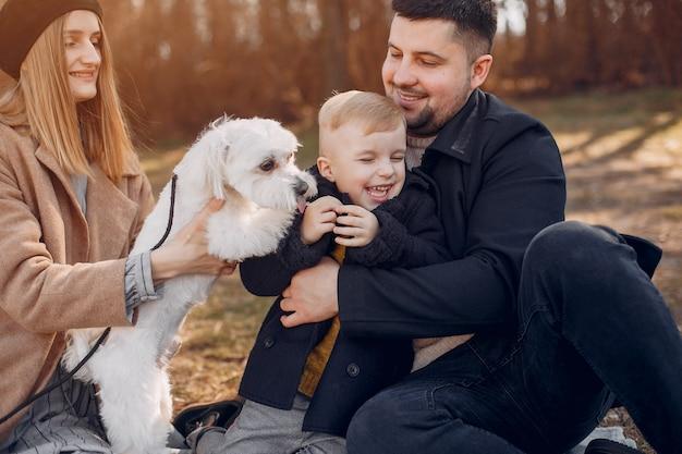 Linda familia jugando en un parque Foto gratis