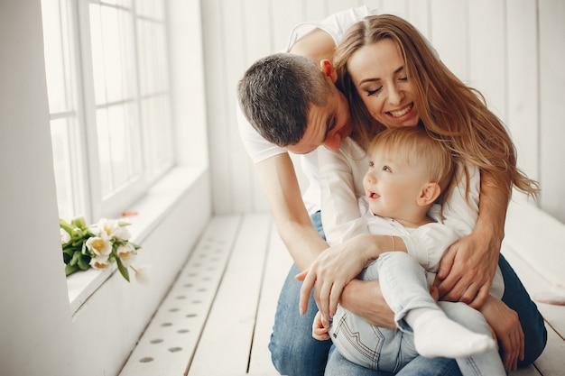 Linda y gran familia sentada en casa Foto gratis