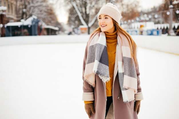 Linda y hermosa chica en una ciudad de invierno. Foto gratis