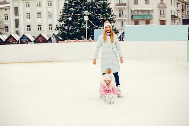 Linda y hermosa familia en una ciudad de invierno Foto gratis