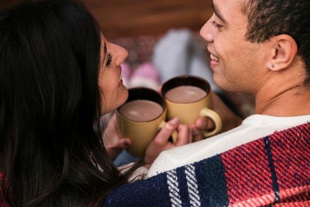 Linda joven pareja juntos en el amor Foto gratis