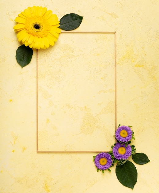 Linda margarita amarilla y pequeño marco de flores violetas Foto gratis