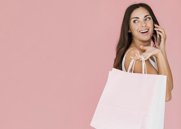 Mujer con bolsas de la compra | Vector Gratis