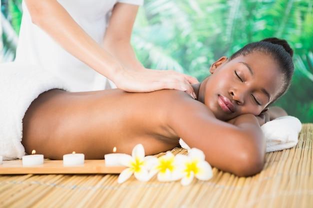 Linda mujer disfrutando de un masaje en el spa de salud Foto Premium