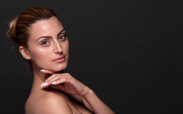 Linda mujer joven mirando a cámara Foto gratis