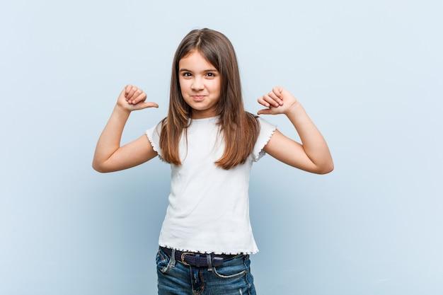 Linda mujer se siente orgullosa y segura de sí misma, ejemplo a seguir Foto Premium