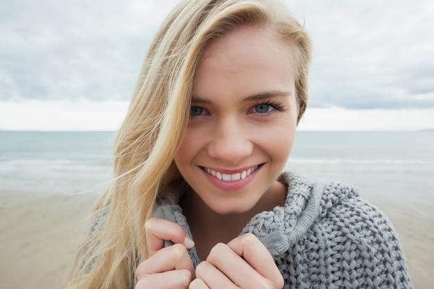 De Playa Gris La Linda Mujer En Sonriente Chaqueta Punto EWH9D2IY