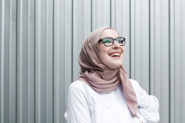 Linda mujer sonriente con gafas Foto gratis