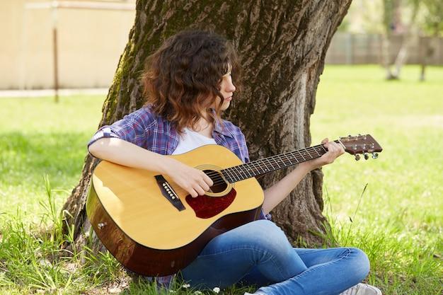 Linda mujer tocando la guitarra Foto Premium