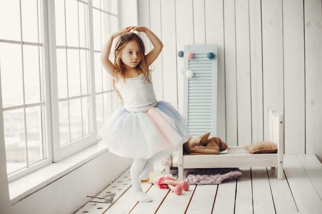 Linda niña bailando en casa Foto gratis