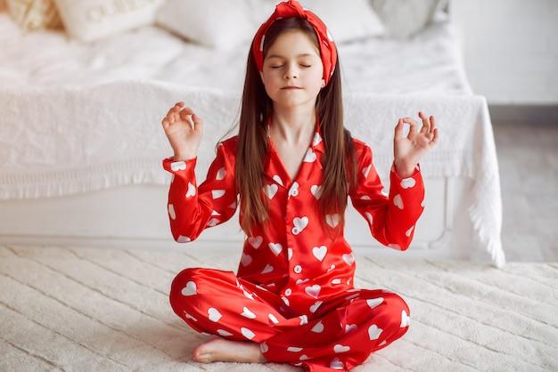 Linda niña en casa en pijama Foto gratis