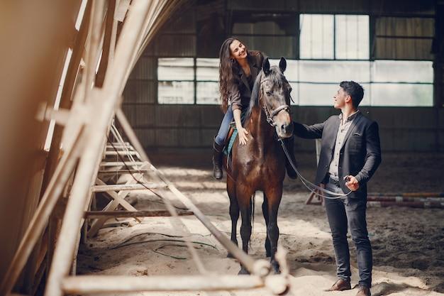 Linda pareja amorosa con caballo en el rancho Foto gratis