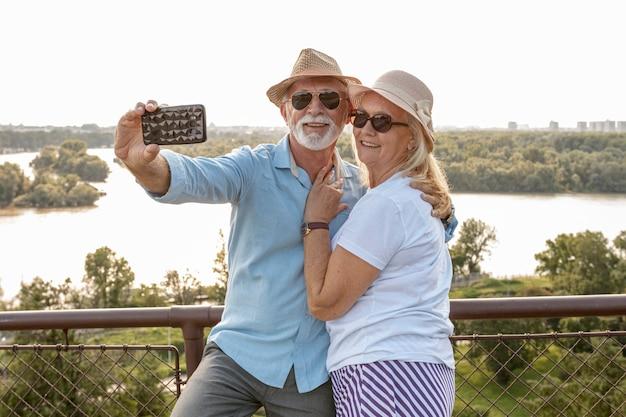Linda pareja de ancianos tomando una selfie Foto gratis