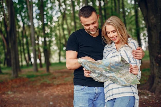 Linda pareja buscando un destino en el mapa Foto gratis