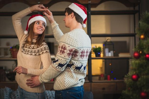 Linda pareja de navidad bailando Foto gratis