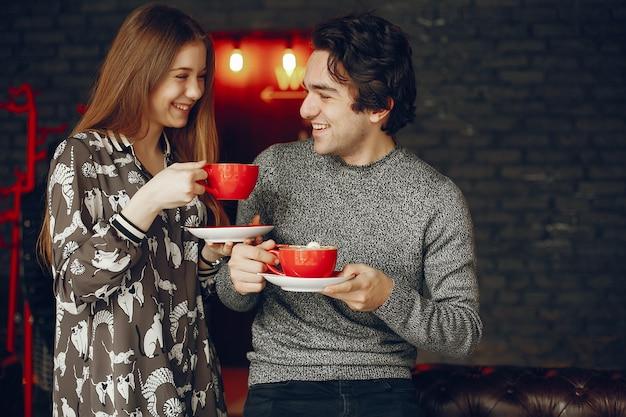 Linda pareja pasa tiempo en un cafe Foto gratis