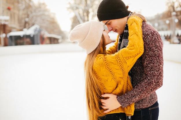 Linda pareja en una pista de hielo Foto gratis