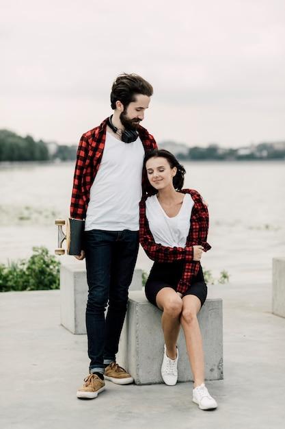 Linda pareja en trajes a juego Foto gratis