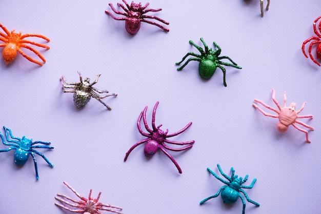 Lindas arañas en un papel Foto gratis