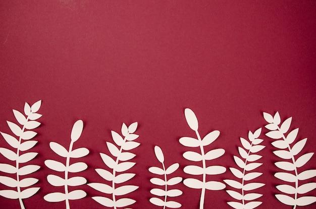 Lindo arreglo de hojas artificiales de papel blanco Foto gratis