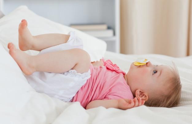 Lindo bebé acostado en una cama Foto Premium