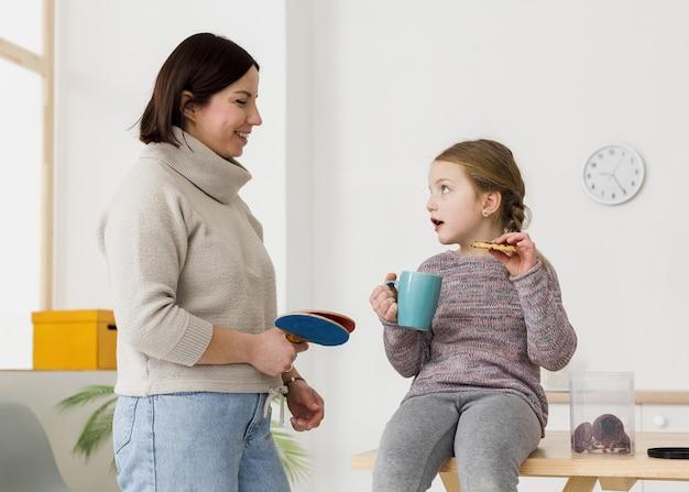 Lindo niño hablando con madre Foto gratis