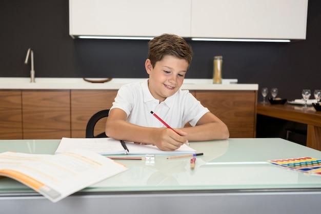 Lindo niño haciendo su tarea Foto gratis