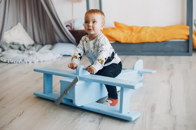 Lindo niño jugando en casa Foto gratis