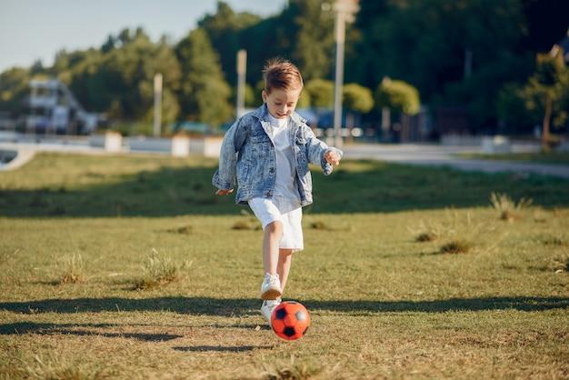Lindo niño jugando en un parque de verano Foto gratis