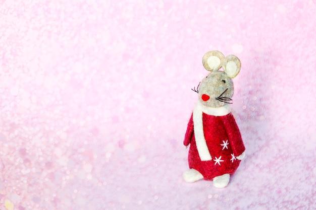 Lindo ratón rata juguete símbolo del año nuevo 2020 sobre fondo borroso de navidad Foto Premium