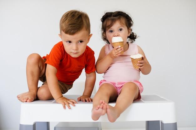 Lindos hermanos jóvenes con helado Foto gratis