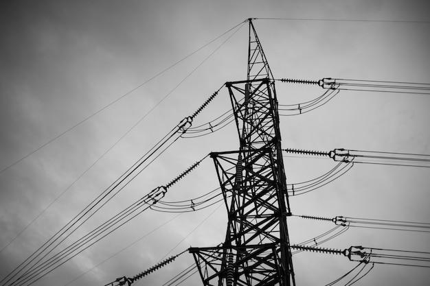 Línea eléctrica en blanco y negro, poste de alta tensión, fondo de cielo de torre de alta tensión Foto Premium