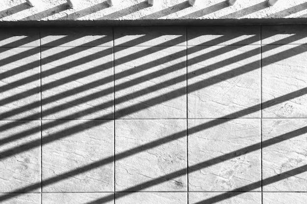Líneas de sombra perpendiculares en muro de hormigón. Foto gratis