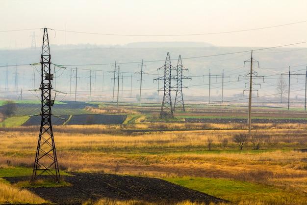 Líneas de transmisión de electricidad en tiempo de niebla. torres de alta tensión Foto Premium